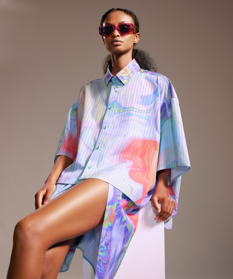 fenty_oversized-cropped-printed-shirt-psychedelic-1_748w