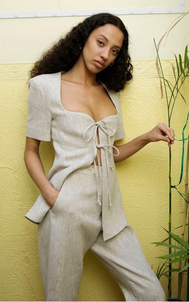 @matthew-bruch-neutral-apron-tie-front-linen-top